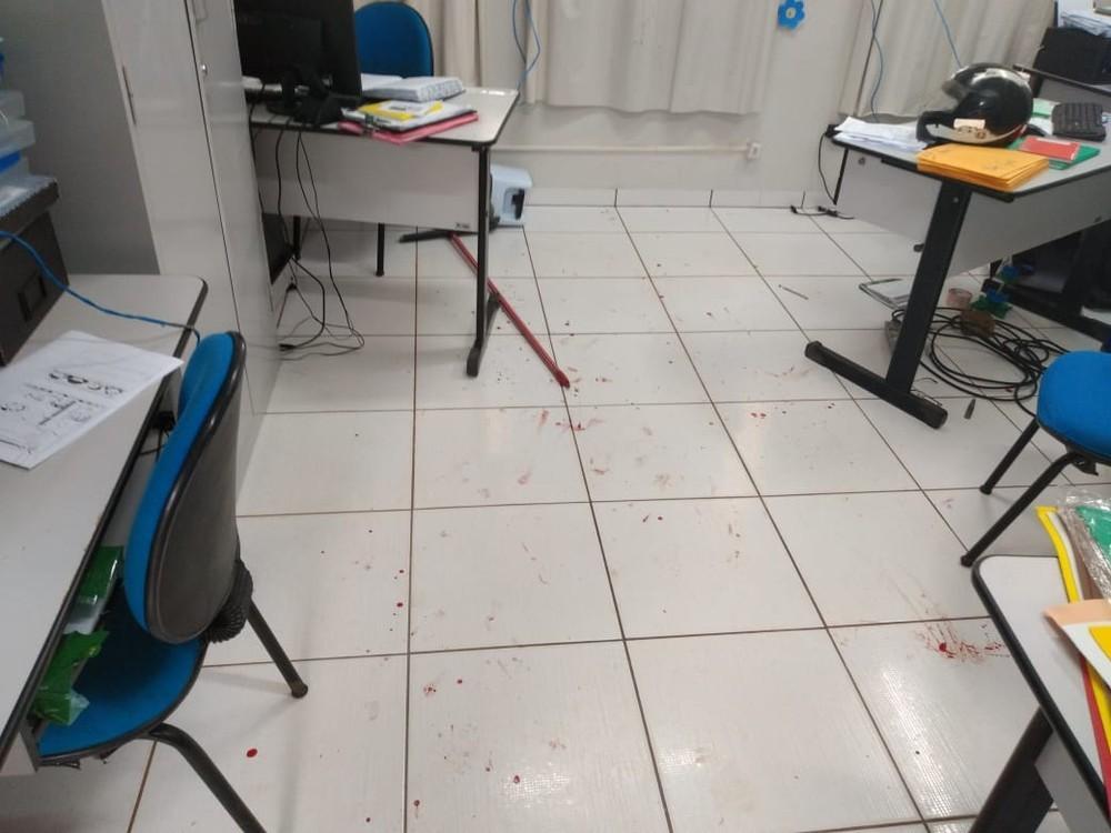 Professor invade escola, tenta matar diretora a facadas e é preso em MT