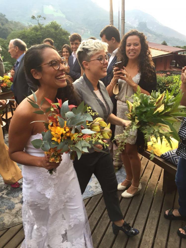 Débora Calmon, de 32 anos, e Kaene Faria, de 29, decidiram formalizar a união com receio de que a resolução que garante o casamento civil entre pessoas do mesmo sexo viesse a ser derrubada — Foto: Arquivo Pessoal