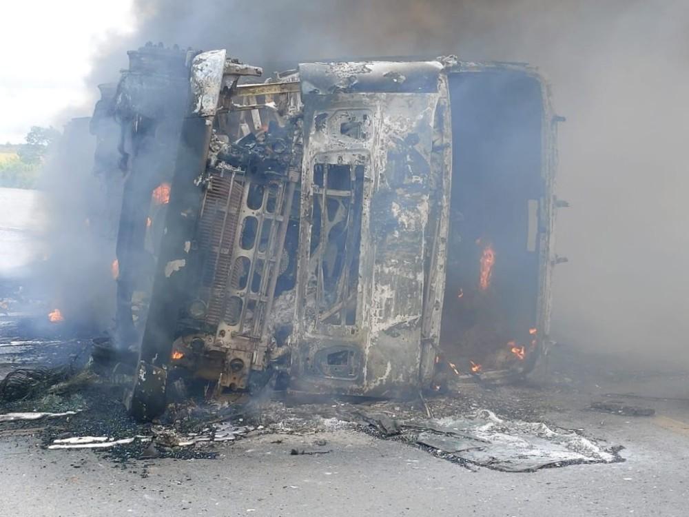 Duas carretas pegam fogo após colidirem de frente na BR-364 em Diamantino-MT