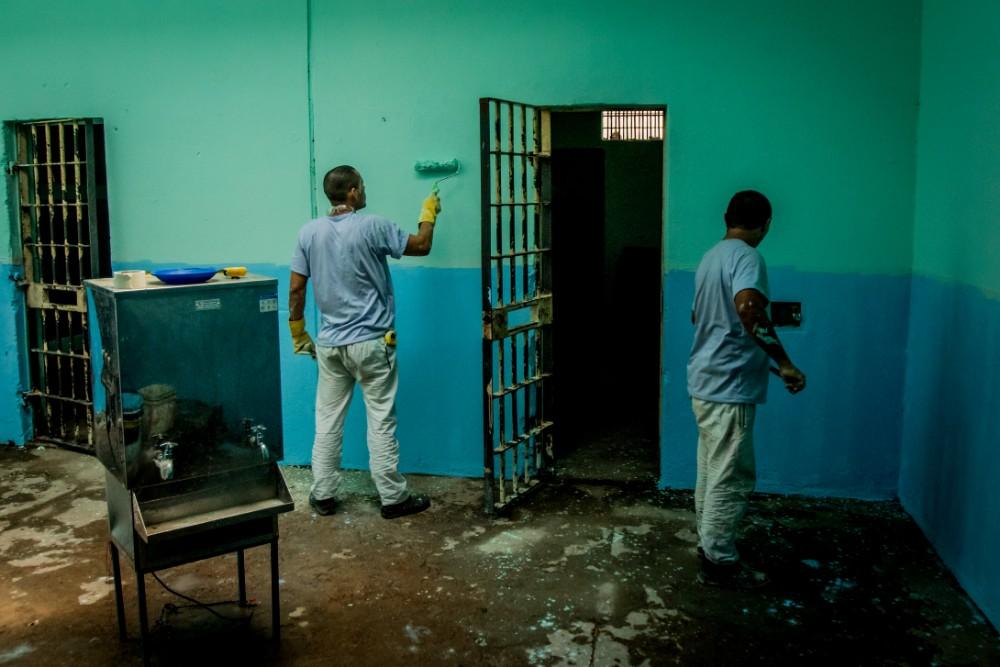 Agentes apreendem 171 celulares e cadernos com anotações de crimes
