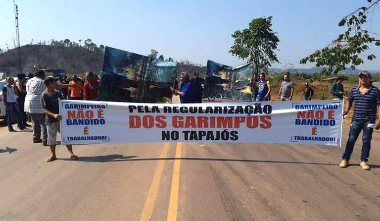 Garimpeiros mantêm pelo 5º dia bloqueio na BR-163 no Pará; centenas de motoristas de MT parados