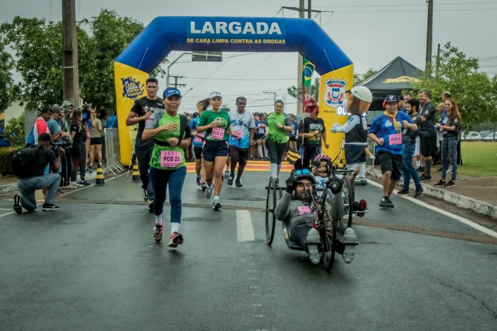 Nem a chuva desanima participantes da 9ª Corrida De Cara Limpa Contra as Drogas